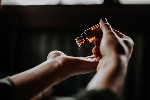 huiles essentielles tiques