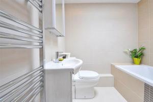 Une baignoire a porte accessible pour les personnes à mobilité réduite